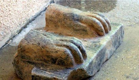 Na delu statue su hijeroglifi i pominje se ime Micerinusa, koji je podigao jednu od velikih piramida u Gizi.