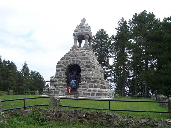 Spomen kosturnica na Mačkovom kamenu