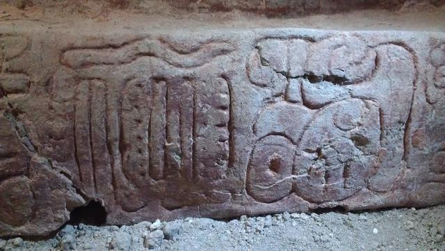 Tekst je sastavljen od tridesetak hijeroglifa