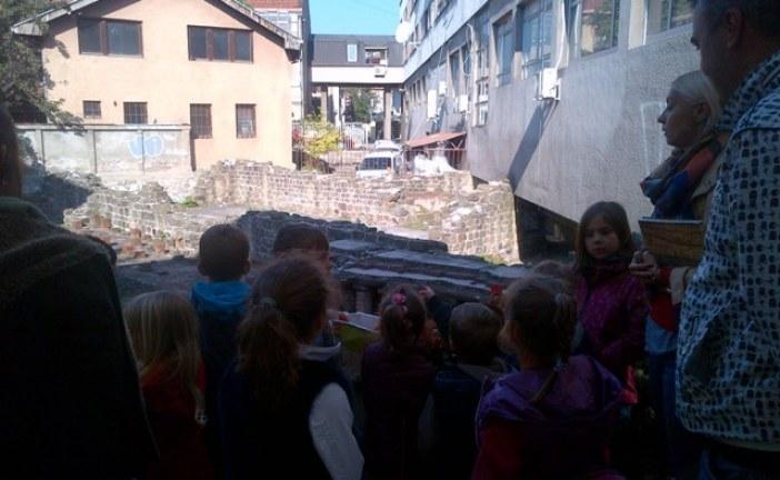"""Deca iz obdaništa posetila arheološko nalazište """"Rimske terme"""" u Čačku"""