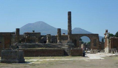 Jupiterov hram i vulkan Vezuv u daljini