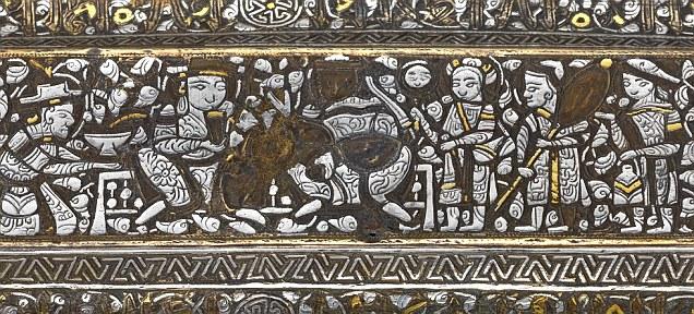 Pogled na fantastičan metalni rad na poklopcu torbe, koji prikazuje sudsku scenu sa pratnjom.