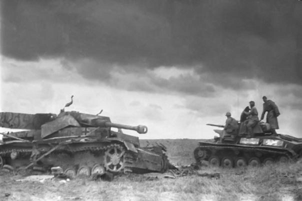 "Sovjetski lаki tenk ""T-70"" prolаzi pored uništenog nemаčkog srednjeg tenkа ""PzKpfw IV"". Kurskа bitkа je, između ostаlog, bilа i nаjvećа tenkovskа bitkа Drugog svetskog rаtа."