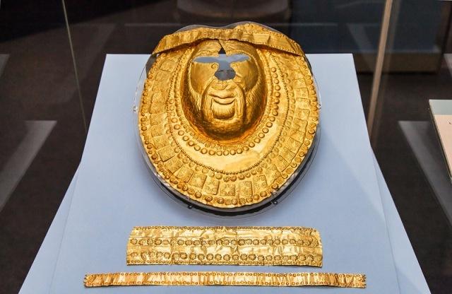 Tračka pogrebna zlatna maska sa zlatnim trakama koje su išle oko glave.