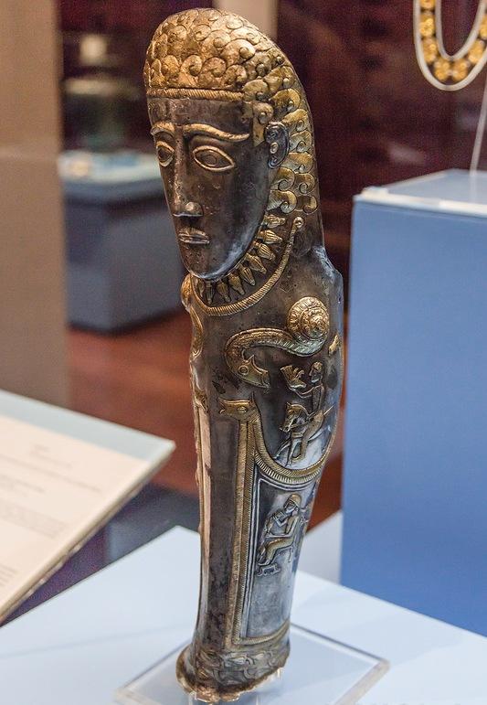Štitnik za nogu.Srebro, pozlata. Prva polovina IV veka pre nove ere.  Štitnik je bogato ukrašen sa mitološkim scenama i likovima.
