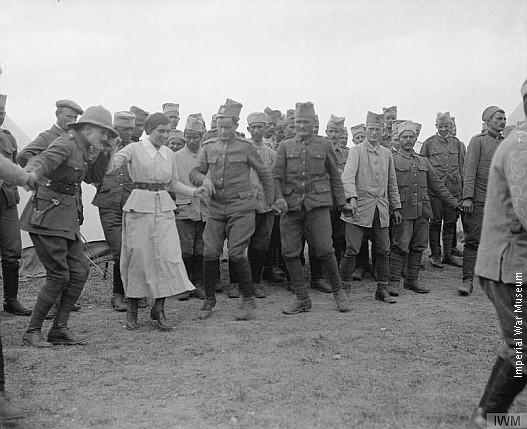 Српски војници у колу са британским официрима и медицинским сестрама из Шкотске, Солун 1916.