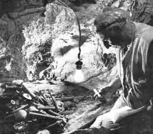 Pessah Bar-Adon pored artefakata iz bronzanog doba. Fotografija vlasništvo Izraelskog muzeja.