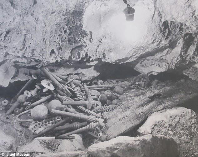 Prva fotografija blaga u pećini pored Mrtvog mora. Fotografija vlasništvo Izraelskog muzeja.