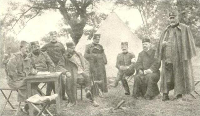 """Pukovnik Milivoje Stojanović Brka, drugi ratni komandant """"Gvozdenog Puka"""" sa štabom"""