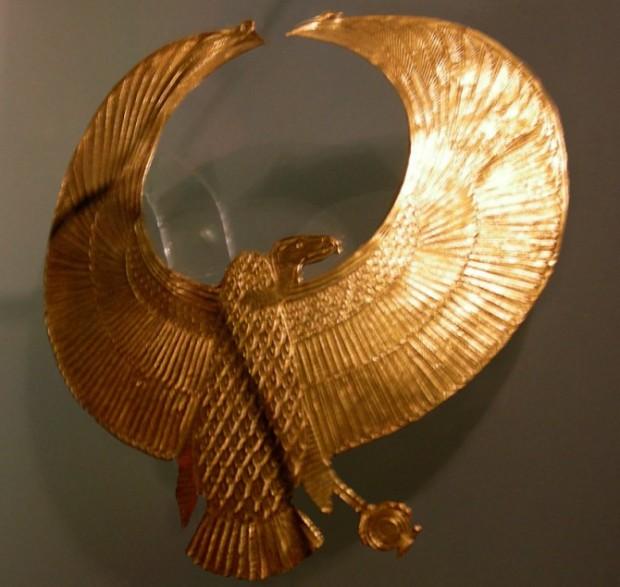 Zlatni nagrudnjak na kome je predstavljen egipatski kraljevski orao, pronađen na misterioznom sarkofagu u grobnici KV55.