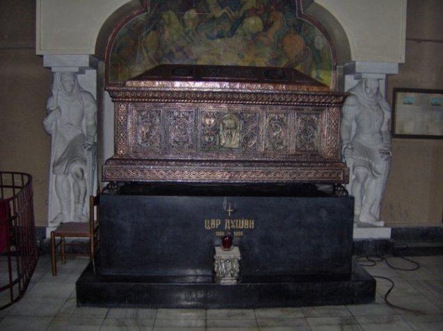 Sarkofag u crkvi Svetog Marka u Beogradu, u kome leže mošti cara Stefana Dušana Silnog.