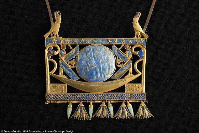 Zlatni pektoral ukrašen lapis lazulijem i staklom datiran u 940 godinu pre nove ere