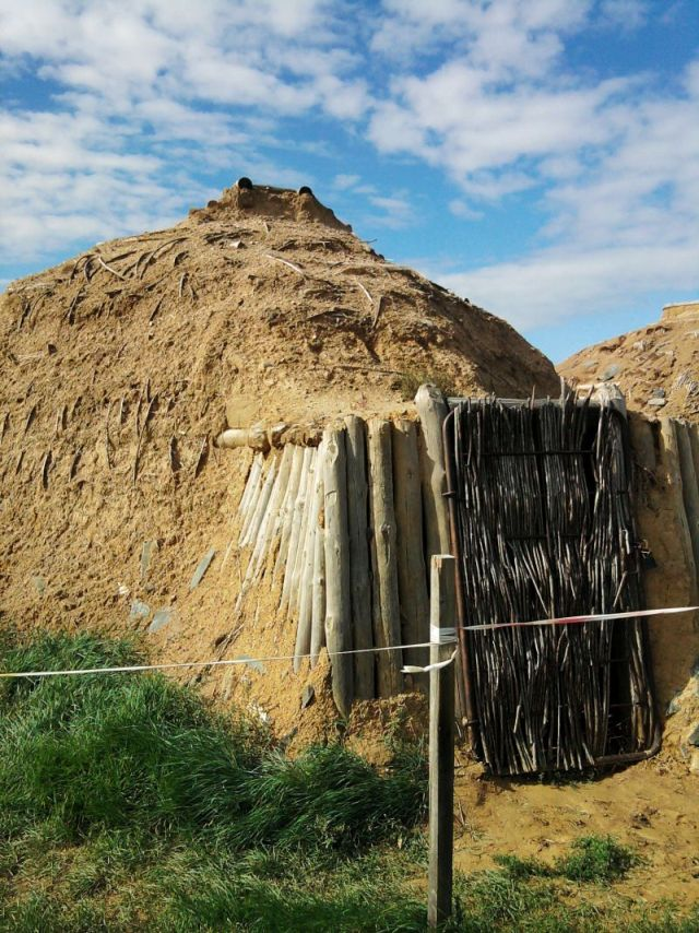 Rekonstrukcija tipa kuće koje su se nalazile u blizini drevnog grada Arkaim u Bronzanom dobu
