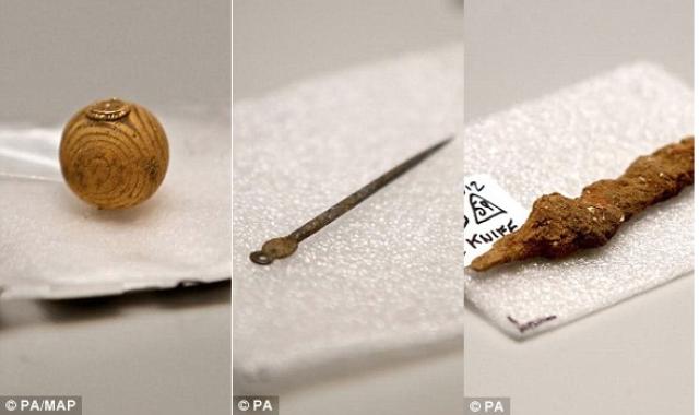 Slika pokazuje staklenu kuglicu (levo) srebrnu iglu (u sredini) i i gvozdeni nož (desno)