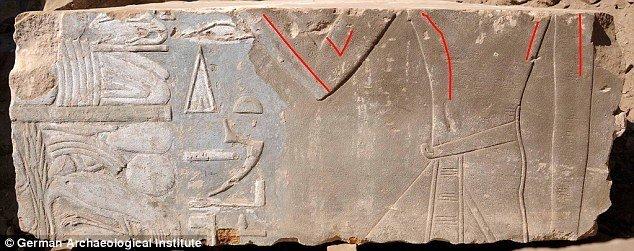 Kameni blok pronađen na egipatskom ostrvu Elefantine prikazuje kraljicu Hatšepsut kao ženu (označeno crvenim linijama). Kasnije slike faraona je prikazuju kao muškog kralja