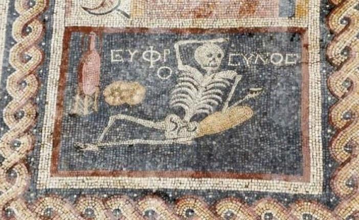 Budi veseo, uživaj u životu – poručuje kostur sa mozaika u Turskoj star 2400 godina