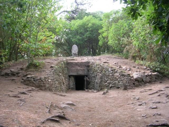 Tumul, drevna grobnica, u Kerkadu, u Bretanji