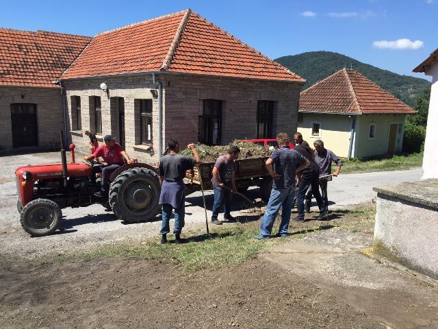 Мештани Вујетинаца у акцији уређења села