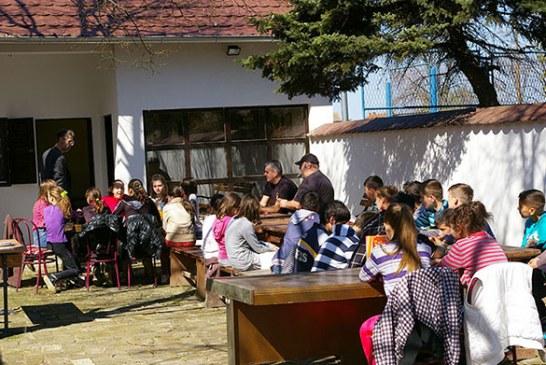 Arheo amateri Srbije u poseti deci iz Srpske Crnje