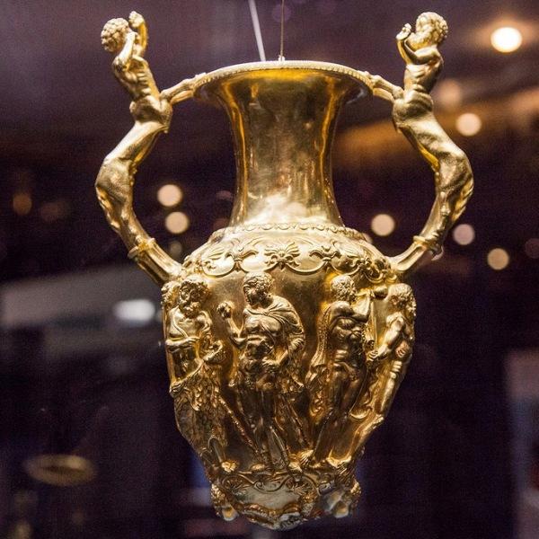 Zlatna amfora - riton. Period 3 - 4 veka p.n.e