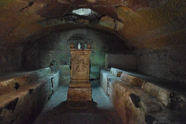 Mitreum u Rimu iz 2. veka. Učesnici obreda u spomen Mitre su sedeli na bočnim klupama duž bočnih strana.