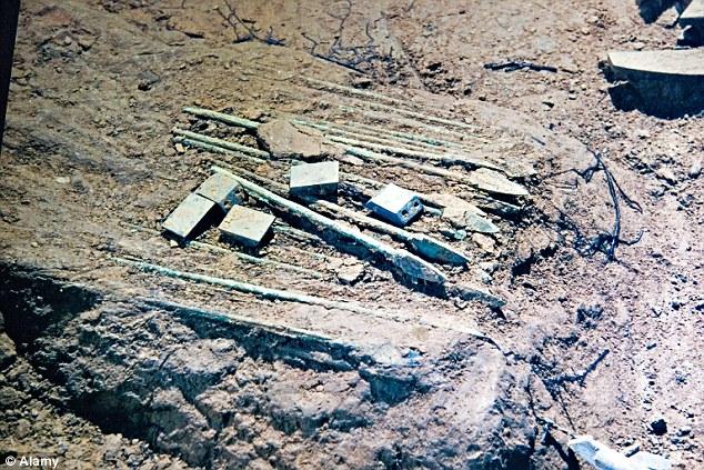 Mnoga oružja pronađena su u grobovima, kao ova iz 2006. god.