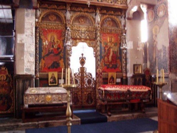 Ikonostas manastira Studenica sa sarkofagom u kome se nalazi telo Stefana Nemanje.