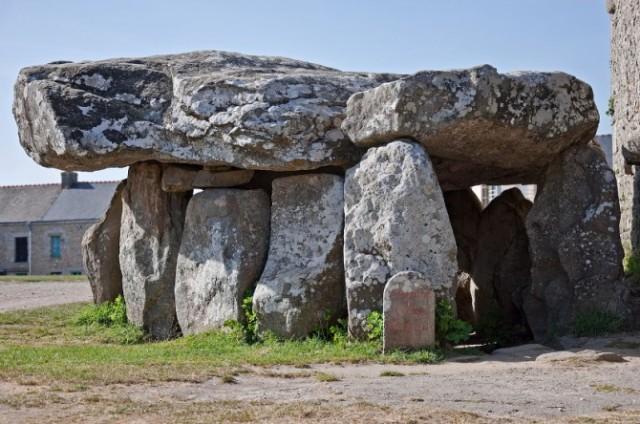 Ogromni dolmen u Bretanji, na zapadu Francuske.