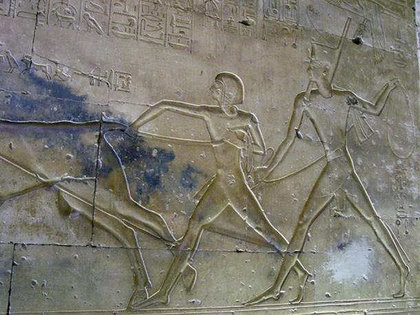 Reljefni prikaz iz hrama Abydosa, princ Amenherkepšef (levo) i Ramzes II (desno)